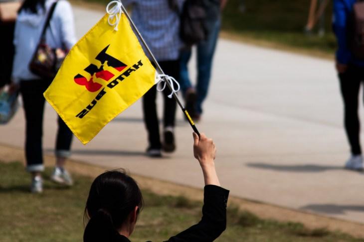 添乗員が掲げるはとバスの旗