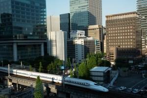 東京国際フォーラムから撮影した東海道新幹線