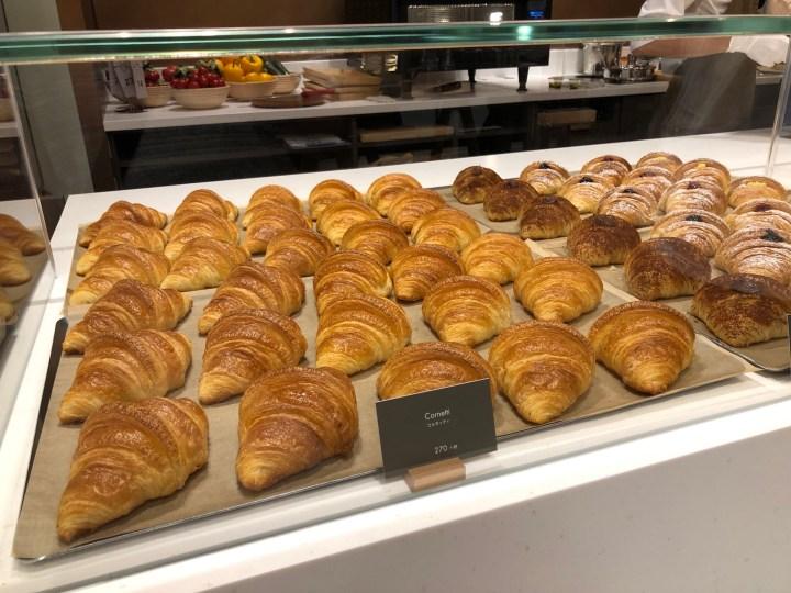 スターバックスリザーブストア銀座マロニエ通り店のカウンター内のパン