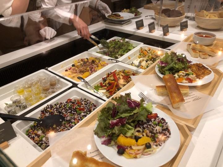 スターバックスリザーブストア銀座マロニエ通り店のカウンター内のサラダ