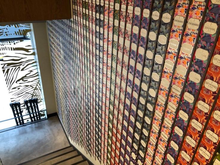 スターバックスリザーブストア店内の壁一面のカード