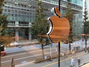 Apple丸の内のAppleロゴ