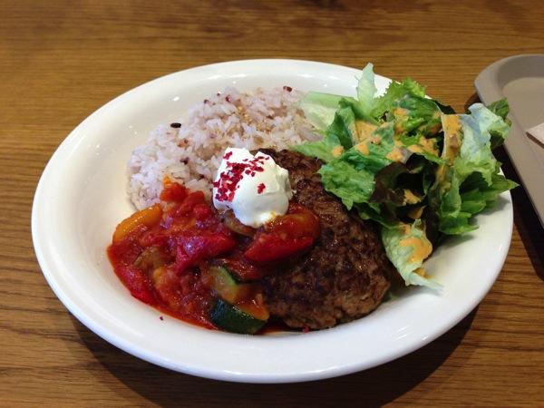 彩り野菜のトマトソースハンバーグ マスカルポーネ添え