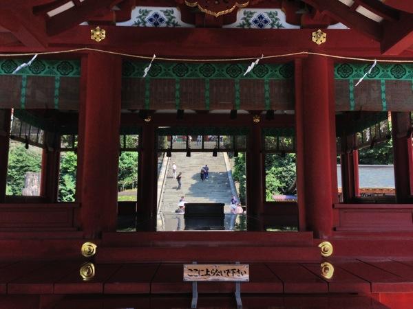 舞殿の内側から望む大石段