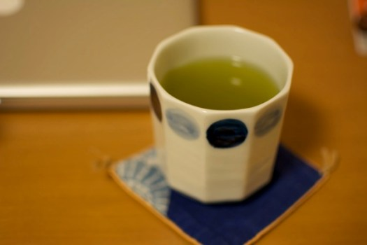 お茶と湯のみの写真