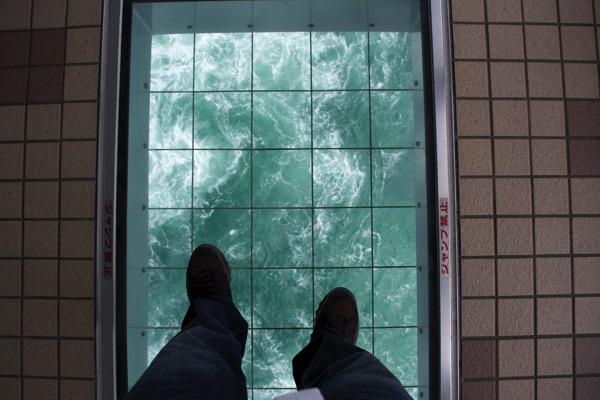「渦の道」の床の窓を渡ってみる
