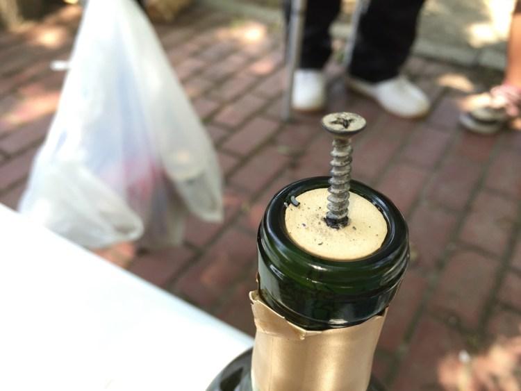 ワインのコルクにネジ