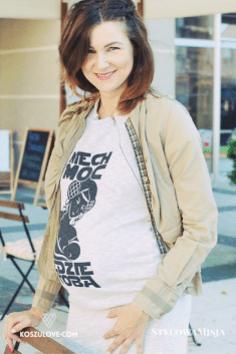 Rozpinana koszula narzucona na sukienkę ciążową i do karmienia z koszulove.com - klucz do sukcesu to dobra baza do wielu stylizacji.