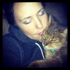 Кошка любит тепло и уют, а куда лучше подремать у хозяина на животе