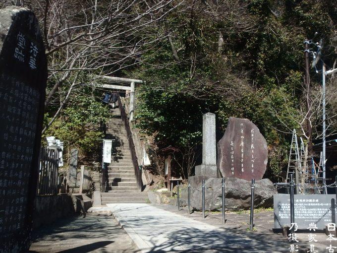 白旗社前の道 頼朝の墓への階段