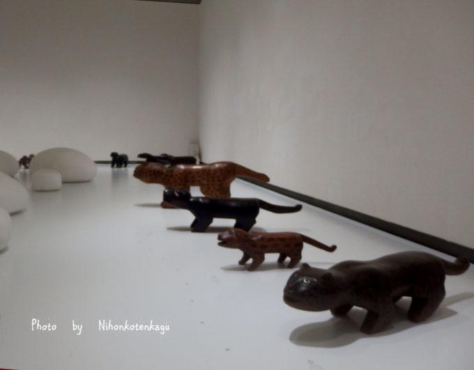 ブラジルの先住民の椅子展 東京都庭園美術館の会場