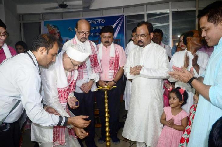 bhadrakrishna-devagoswami-lighting-the-traditional-lamp-at-the-mahurut-launch-of-the-raasleela-festival