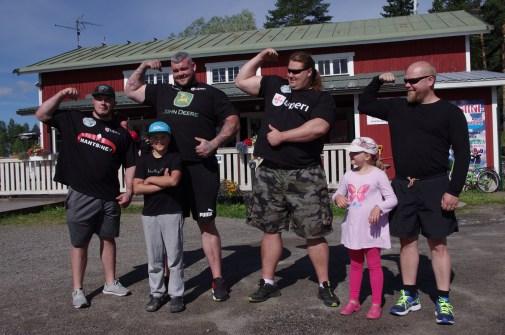 Oleksiy Novikov (vas.), Sean O Hagan ja Mika Törrö poseeravat Ilkka Päivisen ja tämän lasten kanssa.