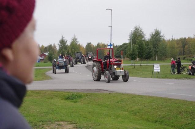 Anelma Rouvinen seurasi traktorimarssia.