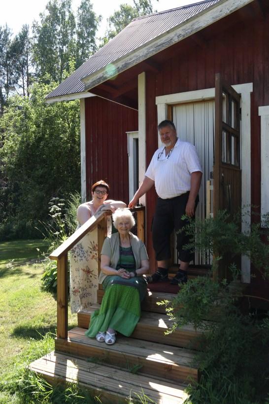 Anu Tervala on saapunut miehensä Mauri Immosen ja äitinsä Eine Tervalan kanssa viettämään lämmintä kesää Tervarinteelle.