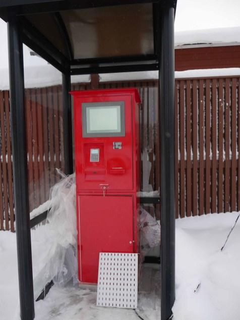 Itsepalveluasiakkaille tarkoitettu maksuautomaatti toimii tankkauspisteen tapaan.
