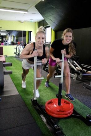 Elisa Karjalaisella ja Ilona Saastamoisella on ollut kolme viikkoa aikaa treenata Power Warrior –kisaan. Kelkan työntö käy ennen kisaa yhdessä.