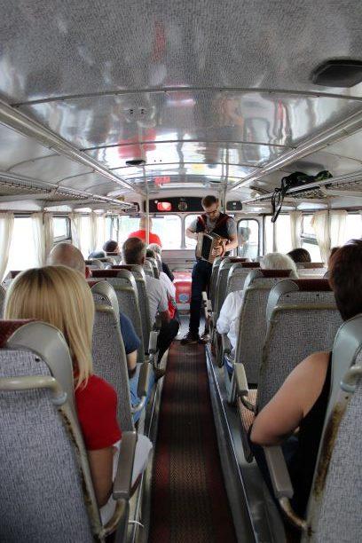 Haitaristina museobussissa oli perjantaina Artturi Vuorinen, joka vetää Kihauksen lauantain Yötulilla jameja ja esiintyy Rytmihäiriköiden mukana lauantai-illan päätteeksi