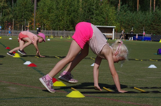 Alissa Kivelä (oik.) haastoi Matilda Mikkosen liikuntaradalle maakuntapäivän 2019 tapahtumassa.