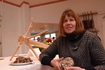 Rukiisten kilpailun voittaja Mirja Parviainen toi maistelupisteelle lisää leipää, jotta mahdollisimman moni pääsi makustelemaan voittotuotteella.