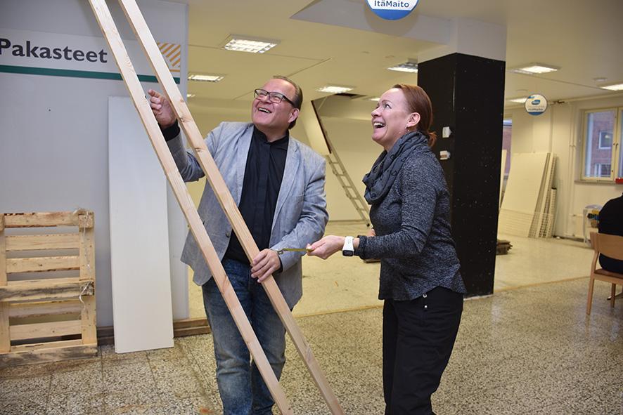 Kari Huikuri ja Anne Vänskä näyttävät hymyssä suin väliseinän paikkaa, joka tulee leipomon ja puodin väliin.