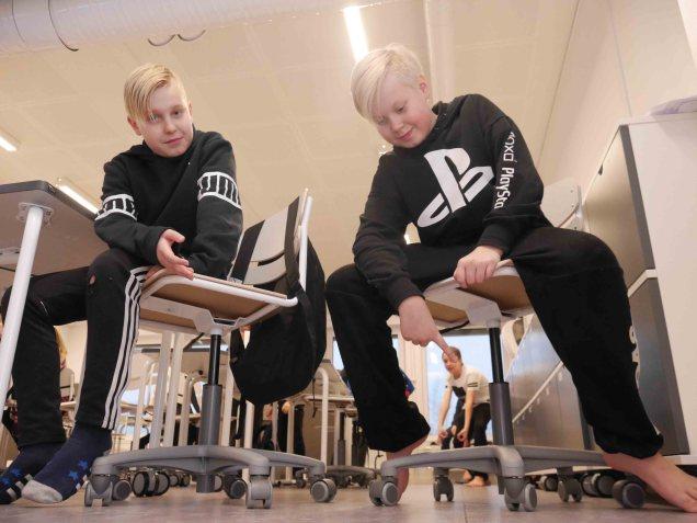 Joonan ja Mikon mukaan tuoleissa olevien pyörien rullailu auttaa keskittymisessä.