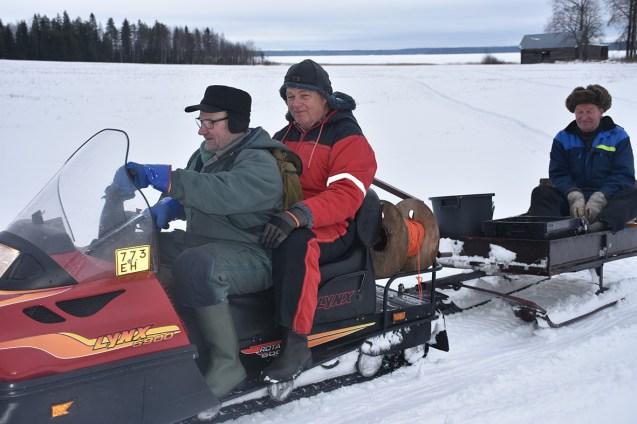Pekka Markkanen (vas.), Tapani Kokko ja reessä istuva Jaakko Markkanen karauttivat pihaan kalastusreissultaan.