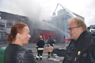 Yrittäjät Anne Vänskä ja Kari Huikuri seurasivat aamulla tulipalon sammutustöitä.