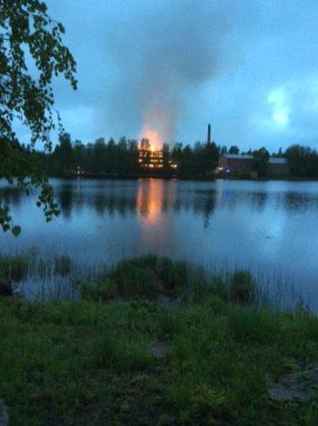Aamuyöllä palo roihusi suurimmillaan. Kuva Kirkkolahden vastarannalta: Pentti Juvonen