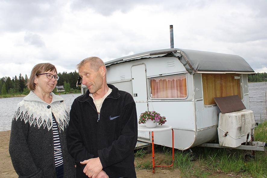Hilma ja Mikko Rouhiaisen asuntovaunu on ollut ahkerassa löylyttelykäytössä jo 12 vuotta.