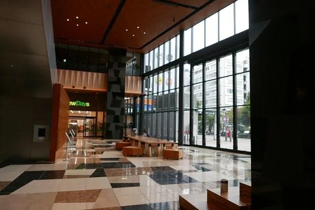 JR仙台イーストゲートビル郵便局内の待合空間の写真