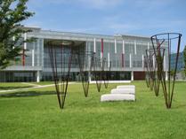 研究所前庭にある 青木野枝 作「空池-II」