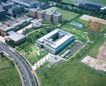 上空から見た国語研究所 左上(南)は自治大学校。 右(北)には文部科学省の研究機関が移転予定。