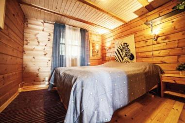 Makuuhuoneessa 2 x 80 cm sängyt