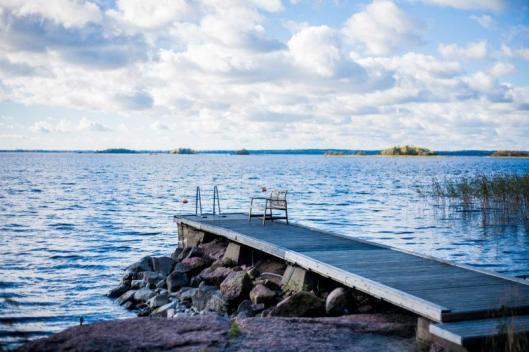 Vuokramökillä on iso laituri. Laiturin päässä uimaportaat ja noin metri vettä.