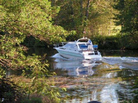 Strukan ohi virtaava joki sopii veneilyyn