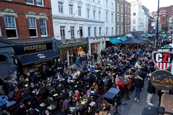 Βρετανία: Αισιοδοξία ότι τον Αύγουστο ο κορονοϊός δεν θα κυκλοφορεί στη χώρα