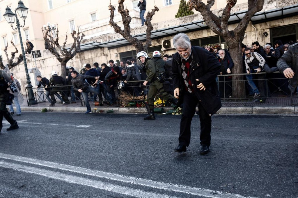 Clashes during demonstration by All Workers Militant Front (PAME) against pension cuts when they broke the police cordon outside the Greek Parliament, in Athens, Greece on January 8, 2016. / Επεισόδια κατά την διάρκεια πορείας του ΠΑΜΕ ενάντια στο νέο ασφαλιστικό νομοσχέδιο όταν έσπασαν τον αστυνομικό κλοιό έξω απο την Βουλή, Αθήνα, 8 Ιανουαρίου 2016.