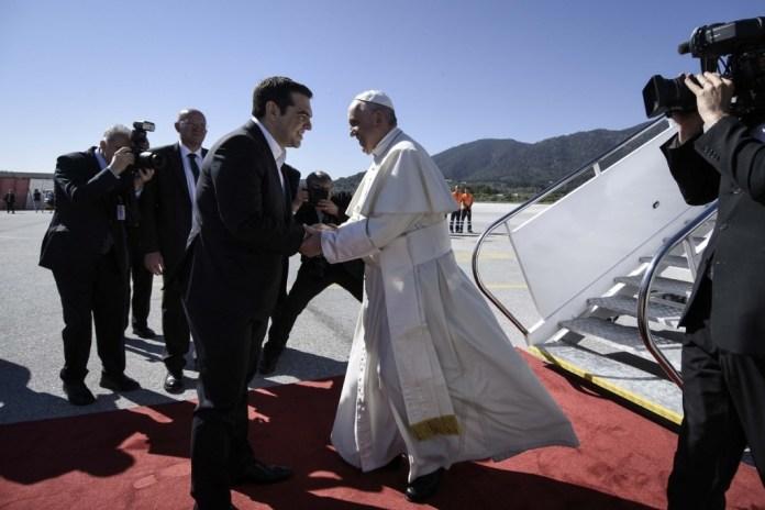 Pope Francis arrives at the airport of Mytilene, in Lesbos, on April 16, 2016 / Άφιξη του Πάπα Φραγκίσκου στο αεροδρόμιο της Μυτιλήνης, στη Λέσβο, στις 16 Απριλίου, 2016