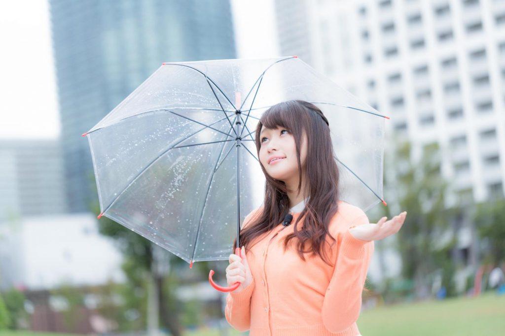 梅雨の雨と美女