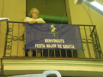 A warm welcome to the Festa Major de Gràcia by this lovely old lady...