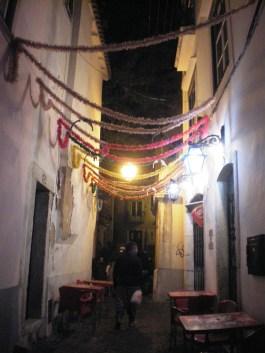 Wandering around the streets of Alfama, Lisboa's oldest neighborhood.