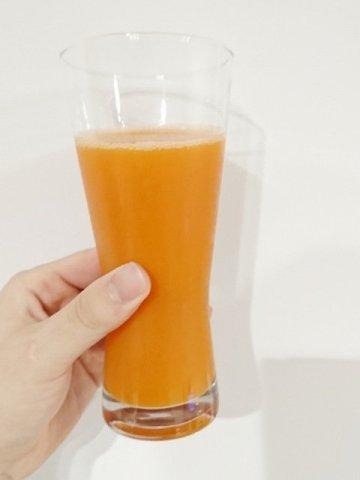 コスモス:野菜ジュースを飲む1