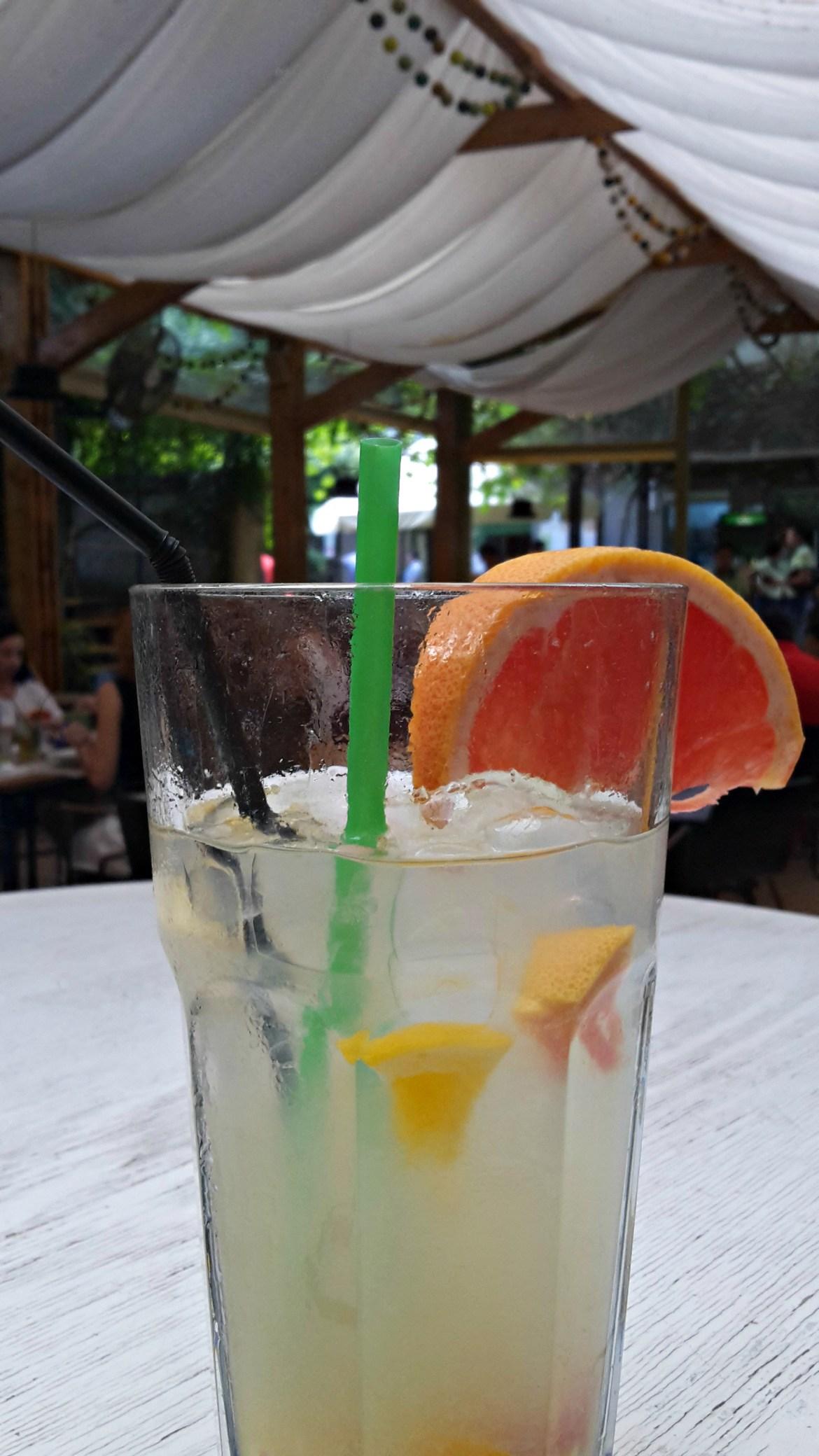 Limonade is ook lekker bij de tomatenchutney
