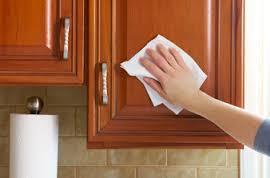 Πώς να καθαρίσω τα πορτάκια της κουζίνας μου με ασφάλεια