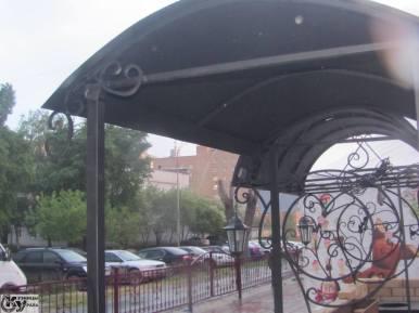 Навес металлический с коваными элементами от Кузницы Урала. Также мы делаем и другие изделия: ворота, заборы, ограждения, перила и др.