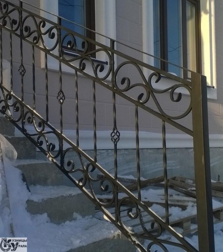 """Перила кованые, лестничные ограждения. Также компания """"Кузницы Урала"""" производит кованые ворота, заборы, ограждения, дымники, калитки, столы и столики, навершия, козырьки, элементы и другие изделия."""
