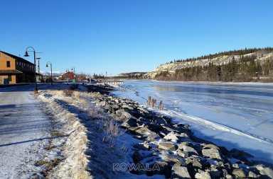sentier menant au centre-ville de whitehorse avec vue sur le fleuve