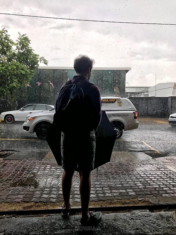 pluie soudaine dans les rues de Jobourg