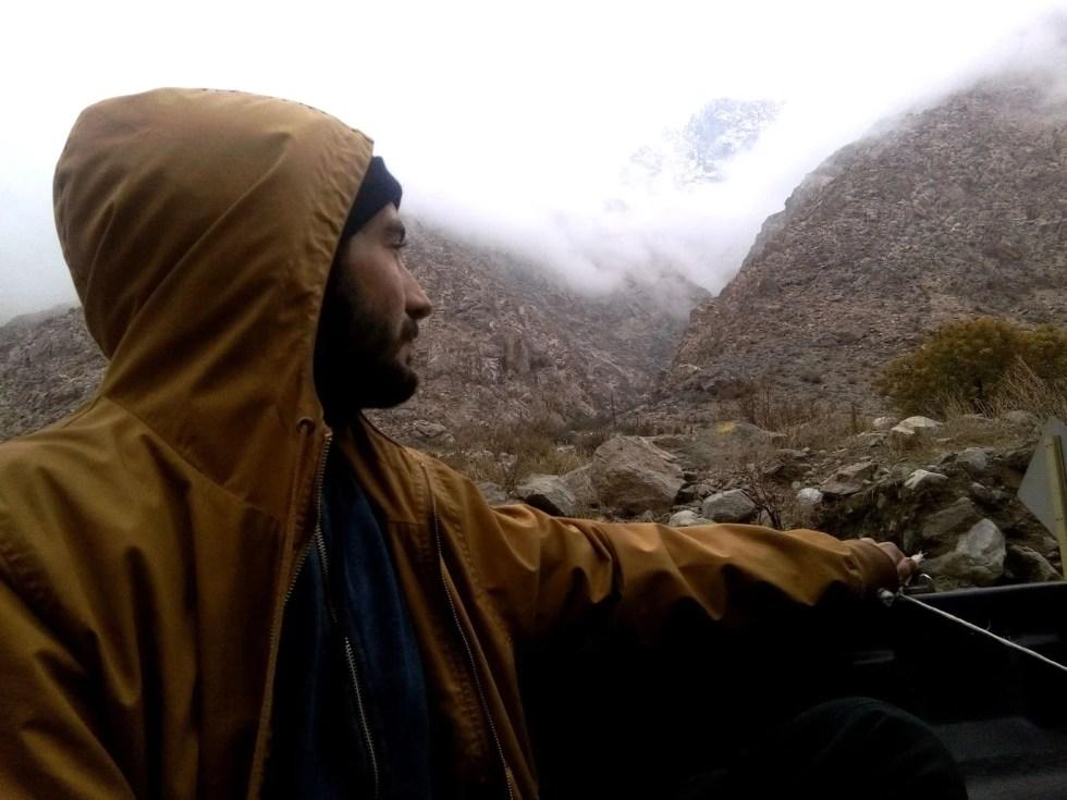 Pick-up dans la Valle de Cochiguaz, au Chili, Romain pensif.